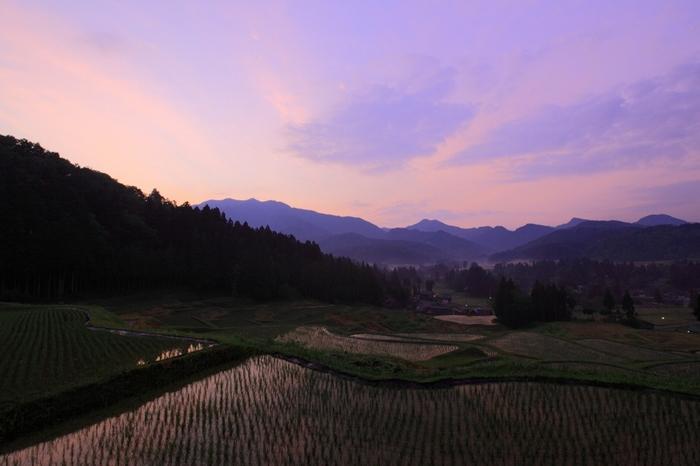 北五百川の棚田は、平成11年に「日本の棚田百選」に選定された棚田で、標高1293メートルの栗ヶ岳麓に広がっています。周囲の里山と棚田が見事に融和し、北五百川の棚田周辺を散策しているとまるで日本昔話の世界に迷い込んだような気分を覚えます