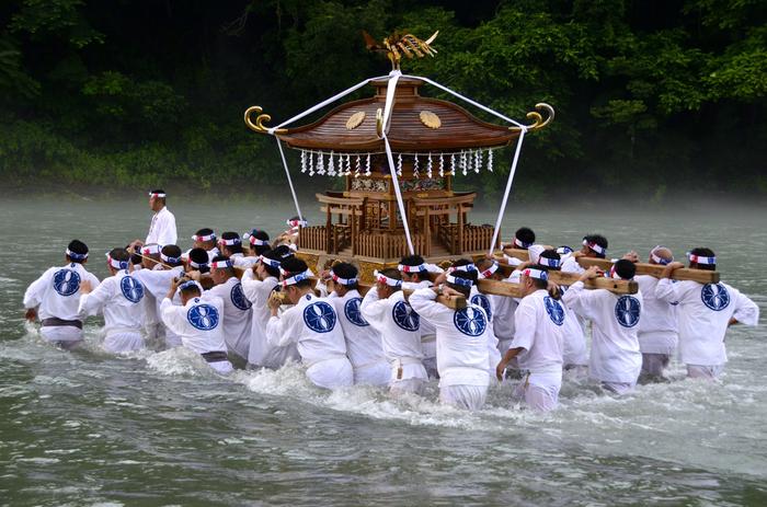 """秩父神社境内にある日御碕宮(ひのみさきぐう)の例祭、「秩父川瀬祭(ちちぶかわせまつり)」。12月3日の秩父夜祭に対する子供が主役の夏祭りで、毎年7月19日と7月20日に開催されます。  20日に行われる「お川瀬」と呼ばれる""""神輿洗い""""が祭りの最大の見せ場です。重量約400kgの神輿を氏子たちが担いで荒川の中へ入り、災いが流れ去るようにとの願いを込めて神輿を清めます。"""