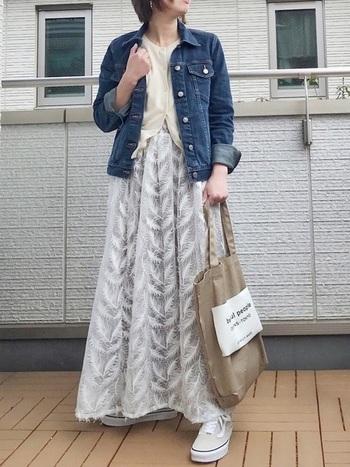 珍しい柄の白レーススカートは、白系のトップスでIラインを作ってスタイルUP!そこへGジャンを羽織っていい感じにカジュアルダウン。