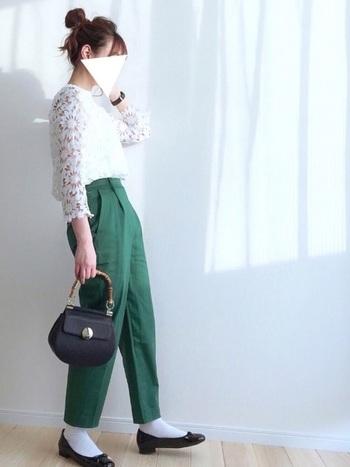 今人気の白レーストップスは、綺麗なグリーンのパンツを合わせてガーリーさを控えめに。小物は黒で揃えればお仕事着にもぴったり!