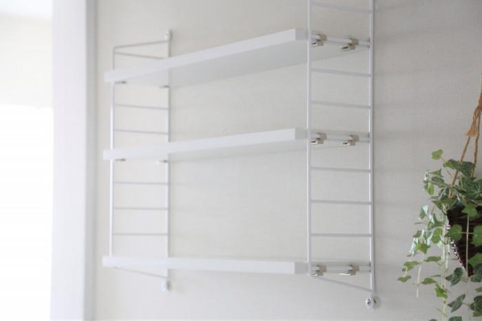 北欧を代表する壁面収納といえば、縦横に拡張できることで人気のストリングシェルフシリーズでしょう。ストリングポケットは奥行き15cmとコンパクトなサイズ感ながら、文庫本やCDなども収納でき、オブジェも飾ることができます。