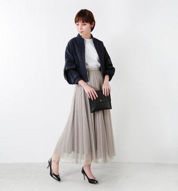 グレーがかった柔らかな色味のスカートはフレアなラインなので、足元はヒールでレディに。そこに辛めのアウターを合わせて、綺麗め甘辛ミックスコーデの完成◎