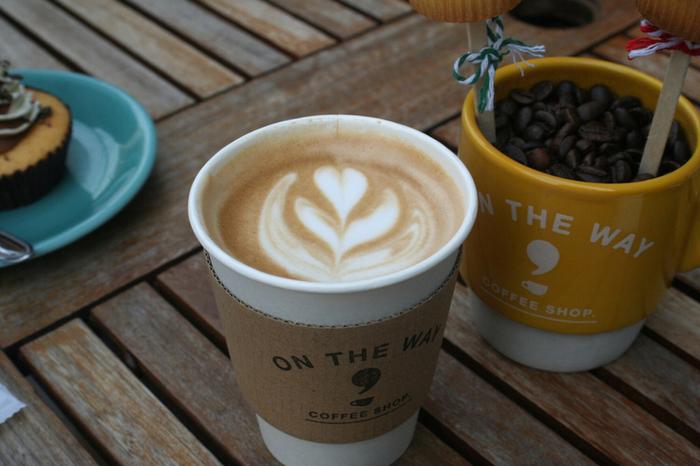 ラテアートがかわいいカフェラテも人気メニューの一つ。コーヒースタンドですが、テラス席とベンチは用意されているので、ちょっとした休憩にもGOODです。