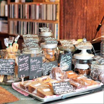 このお店の人気は、リーズナブルで美味しいコーヒーだけではありません。実は自家製の焼き菓子も大人気。クッキーやパウンドケーキはコーヒーのお供にもピッタリです。