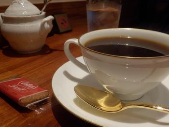 こだわりのコーヒーはちょっと珍しいサイフォンで。香りが高いブレンドはマスターのおすすめです。