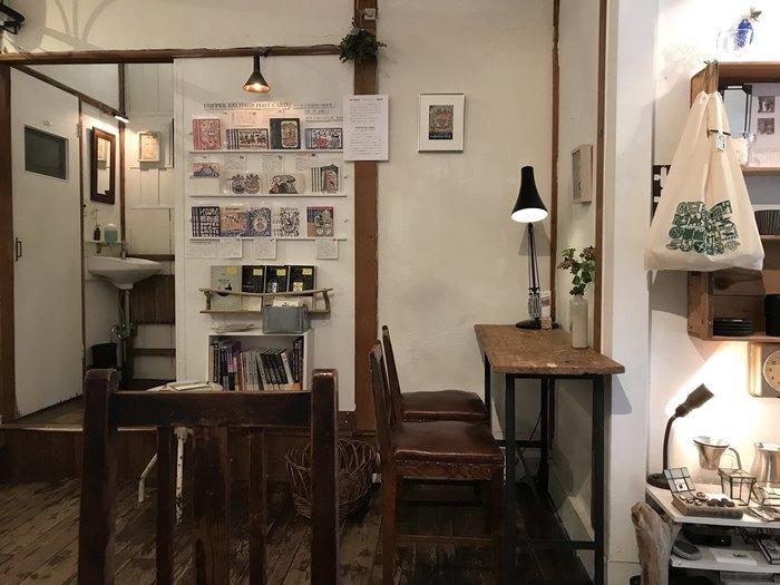 店内はレトロ感のある落ち着いた雰囲気です。ゆったりとした時間を、コーヒーやスイーツと共に楽しむことができます。