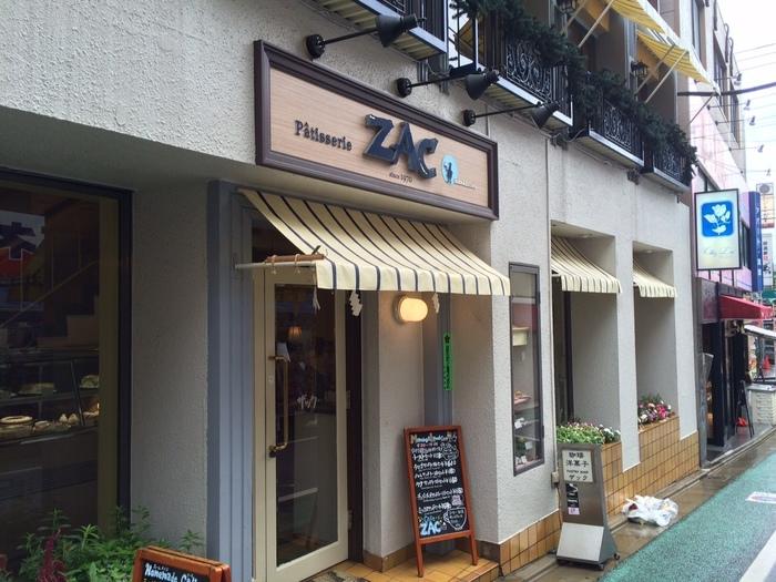 昔ながらのコーヒー専門店として人気の「ザック」。やわらかなクリームイエローの屋根が目印です。