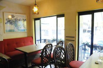 2階は赤いソファにレトロ感のある照明で落ち着いた雰囲気。ゆったりと下北沢の街並みを眺めながら、休憩することができます。