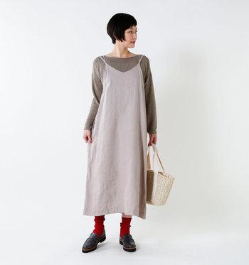 ゆったりと着られる、ラグジュアリーな印象のキャミソールワンピースです。インナーを変えることでコーデの幅が広がる、便利な1枚。