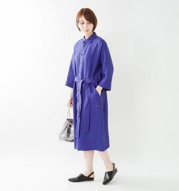 リネン素材はこの時期にぴったりの軽やかさ。ロングコートは前ボタンをすべて閉じてワンピースのように着ることができます。さらっと前を開けてラフに着たり、その日の気分でコーデを楽しめそうです。