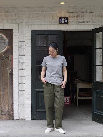 グレーのTシャツ×ベイカーパンツを合わせたミリタリーなコーディネートも、どこか品の良さが感じられます。
