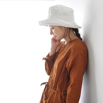 コットン混のリネン生地の帽子をシンプルコーデのアクセントにするのもおすすめです。幅広のツバは紫外線対策&小顔効果のうれしいポイントが。