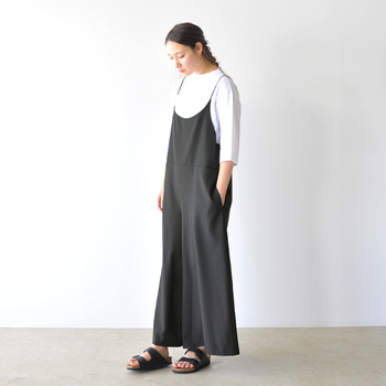 上品な光沢感は、とろみのある素材とも好相性◎ストラップが華奢なロングサロペットと合わせて、フェミニンに着こなしています。