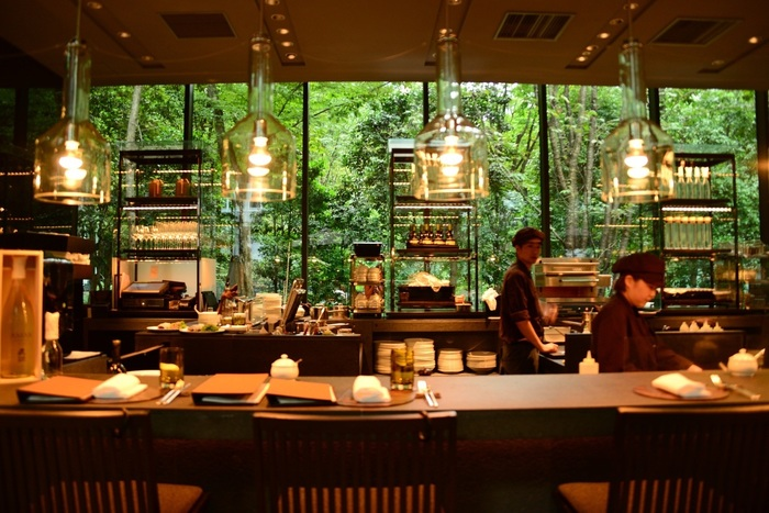 環境と伝統⽂化を尊ぶことをポリシーとしている世界的なリゾートホテル「アマン」。日本には2014年、東京・⼤⼿町タワーの上層部にオープンしました。  この「アマン東京」のスイーツといえば、「ザ・ラウンジ by アマン」のブラックアフタヌーンティーが人気ですが、今回は、リラックス感を重視し、「アマン東京」内のカフェをピックアップ。