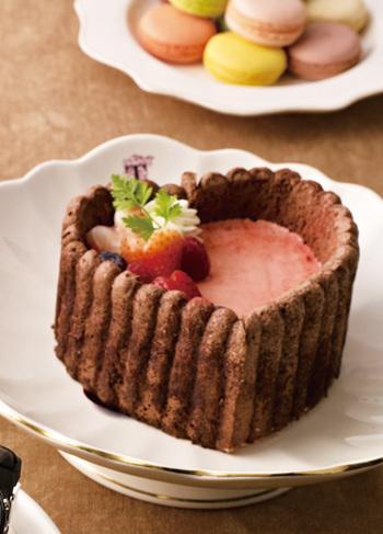ラズベリーババロアに、ビスキュイをあしらったショコラシャルロット。ハート形もおしゃれで可愛い♪特別なときに用意したいババロアケーキですね。