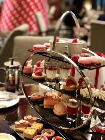 四段のティースタンドに、愛らしいスイーツがずらり♪ケーキ、タルト、マカロン、エクレア、チョコレート、ゼリー、クッキー、スコーン、キッシュなど…。上質な空間も相まって、まさに英国の上流階級文化を、心から満喫できます♪