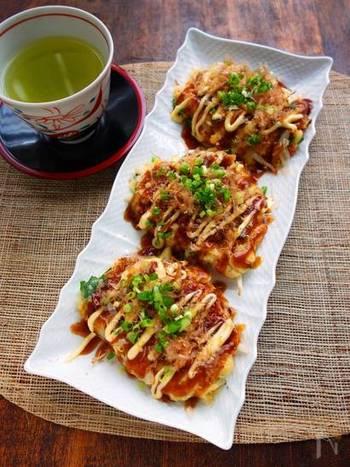 長芋をつなぎに使えば、お好み焼きがふんわりと。野菜や豚肉を一度にたくさん食べられますよ。ミニサイズに焼くことで、子供も食べやすく♪