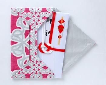 ■ふくさのマナー 慶事では右開きになるように金封を差し込みます。正方形の布タイプのふくさの場合は、中央に金封を置き、左→上→下→右の順で包みます。