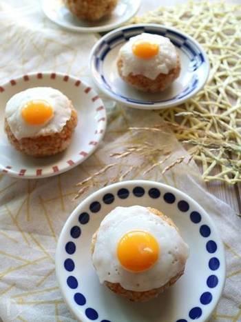 にんじん、れんこん、そしてツナの入った炊き込みご飯を、照り焼きおにぎりに。うずらの卵の目玉焼きをトッピングすれば、こんなにかわいらしいお月見おにぎりの完成です。