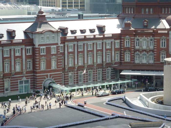 東京のターミナル駅「東京駅」に直結している「東京ステーションホテル」。誕生したのは、東京駅開業の翌年となる、⼤正4年(1915年)。2003年に赤煉⽡の駅舎が国の重要⽂化財指定をうけ、創建当時の造りに復元工事するにあたって、ホテルも改装を実施。2012年、駅舎のリニューアルとともに、ホテルもリニューアルオープンを果たしました。
