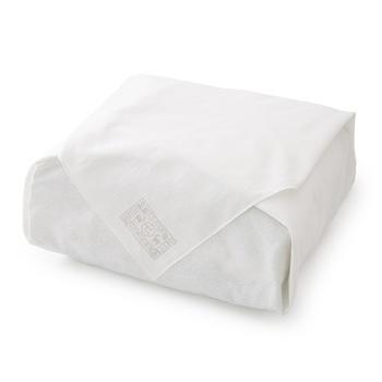 ■平包み シンプルながら最も格式の高い包み方です。あらたまった日の贈答にぴったりで、結び目がない分、渡す時もスムーズです。