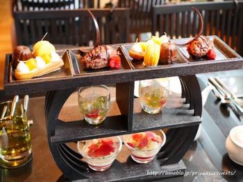おすすめは、アフタヌーンティーの時間帯に提供している「Foret Desserts(フォレ デセール)」。スイーツ数種、クレープ、飲み物のセットを提供しています。三段のティースタンドに、テンションがあがりますね。ムースやジュレなど、焼いてないスイーツも目白押し。