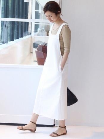 ライトベージュとホワイトの組み合わせは、白の分量が多いほど爽やかな雰囲気に。ジャンパースカートも、ロング丈&シンプルなインナーを選べば、大人っぽいスタイリングに仕上がります。