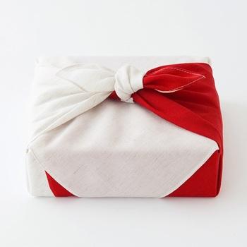 ■お使い包み 品物を包んだあと、真横にキュッと結ぶお使い包み。とてもポピュラーな包み方ですが、結婚祝いでは「結び目をほどく」ことが不吉とされますので必ず避けましょう。