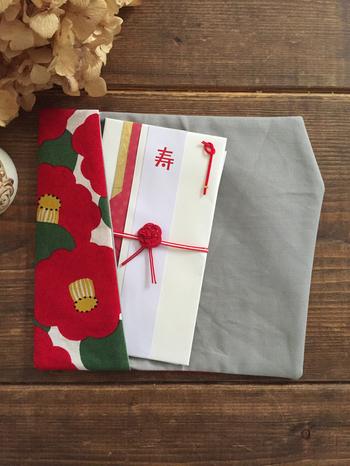 包みものは無地を使うのが一般的です。ただし慶事であれば、お祝い事にふさわしい柄入りもOK。華やかな模様や、松竹梅・亀甲柄といった縁起をかついだモチーフも好まれます。