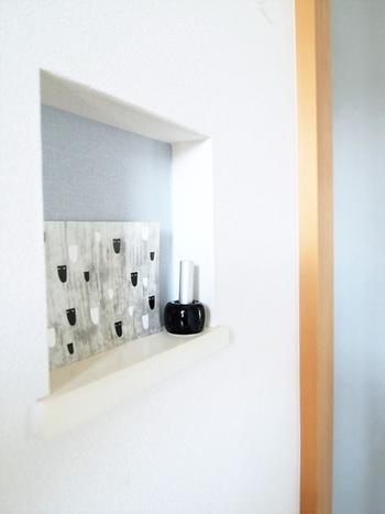 """白と淡いブルーの壁紙のコントラストがさわやかな玄関を作ります。飾り用に凹ませた""""玄関ニッチ""""も、洗練された素敵な雰囲気に仕上がっています。"""