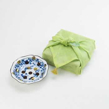 贈り物は、ただ包んで渡せばいいというわけではありません。色や素材、包み方や渡し方に至るまで様々なルールが存在し、慶事か弔事かで巧みに使い分けます。