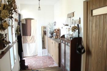 ちょっとしたDIYで、明るくて収納の多い玄関の出来上がり!かわいいだけじゃなくて、機能的なのがすごい!