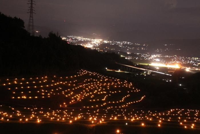 稲倉棚田では、「ほたる火まつり」が開催されます。畔に燈された灯が、棚田をやさしく照らし、周囲は幻想的な雰囲気に包まれます。