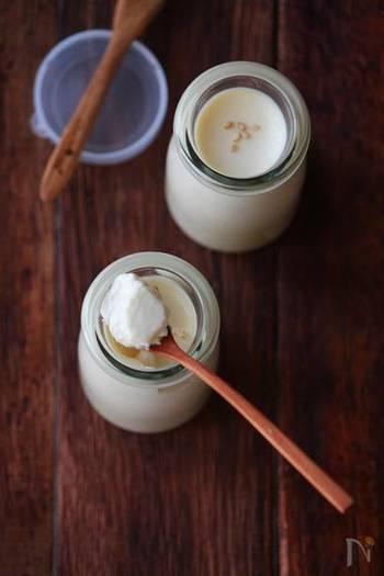 豆乳をベースにしたブランマンジェは、練りごまを加えることでなめらかさとコクが生まれます。はちみつだけで甘みを付けるので、とってもヘルシー♪レシピの牛乳の分量をお好みで豆乳に変えてもOKです。