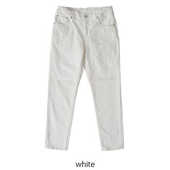 爽やかで清潔感のある「ホワイトパンツ」も、大人のマリンコーデに欠かせない存在です。シンプルで着回し力の高いアイテムですが、シルエットや微妙な色の違いで印象が変わります。細身ストレートやワイドパンツ、ピュアホワイトやオフホワイトなど、コーディネートに合わせて何本か揃えておくと重宝しますよ。