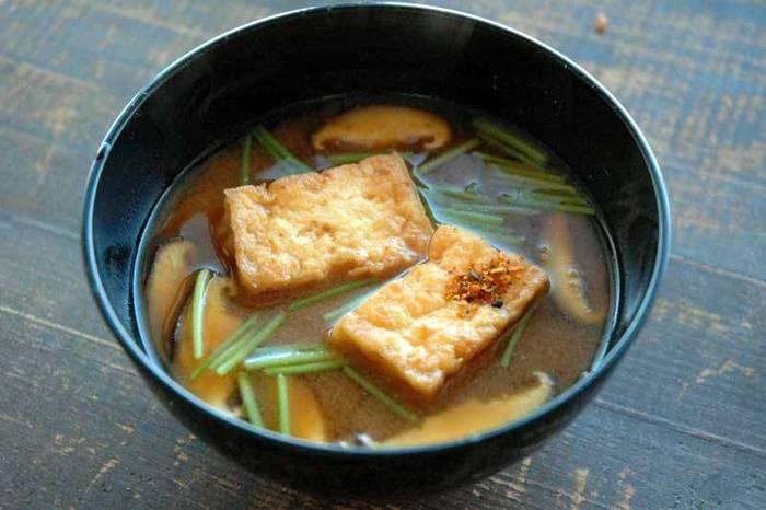 おかず感覚で食べられる、ボリュームたっぷりのお味噌汁。木綿豆腐を使って自宅で厚揚げを作れば、ぐっと味わい深い美味しさに♪節約レシピとしても◎