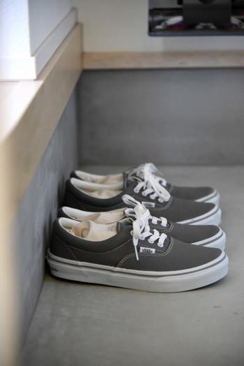 雨に濡れても乾きにくい靴は除湿剤が必須。下駄箱はもちろん、使用後の靴にも除湿剤入れて保管します。 とくに湿気が気になる場合はサーキュレーターを取り入れるのも◎