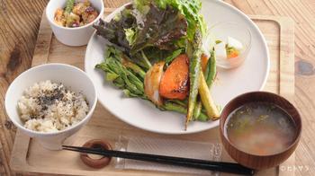 人気メニューは、お肉・お魚・そしてヴィーガンの方でも安心な野菜の 3 種類から選べるセットメニューです。メインのお料理は、二十四節気のタイミングで変更されるので、2 度目に訪れたらまた違うメニューを楽むのもいいですね。