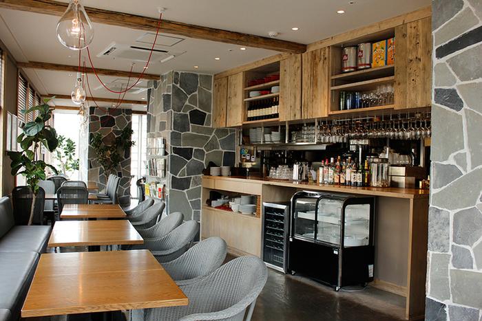 店内はモダンな印象が落ち着く内装で、時間を忘れてゆっくりできそう。お料理と共にオーガニック・ワインも楽しめるお店なので、ディナーに利用するのもいいですね。