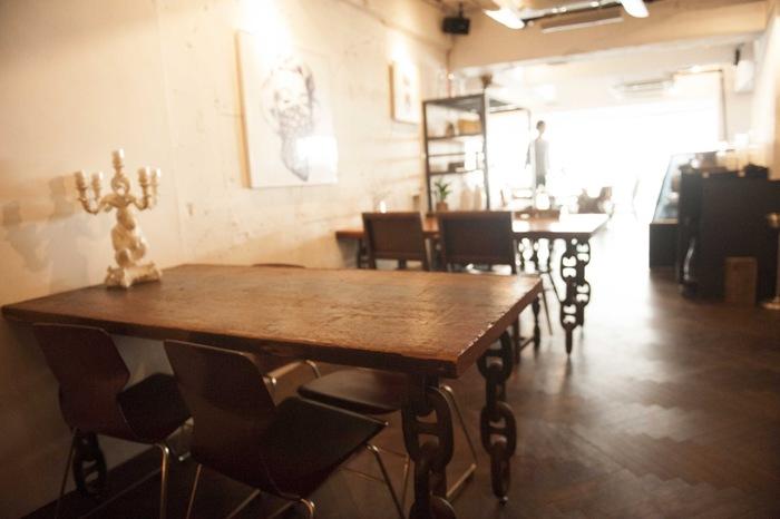 店内は、自然光が入るナチュラルな雰囲気です。壁やテーブルは、趣のあるレトロなインテリアなどが取り揃えられているのも印象的。ゆったりと都会的な休息を楽しめるのも魅力の一つです。