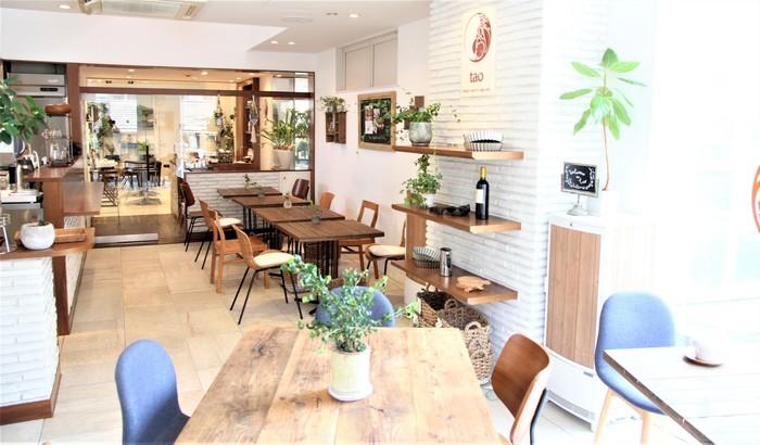 代官山駅から徒歩1分の場所にある「tao美膳カフェ」。開放感のある空間で、ゆったりとヘルシーな食事を食べられる事で人気を集めています。