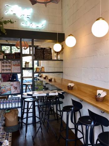 店内は、長イスに座って食べる海外風のスタイル。アットホームな雰囲気なので、一人で行くのはもちろん、お友達と一緒に行くのもいいですね。