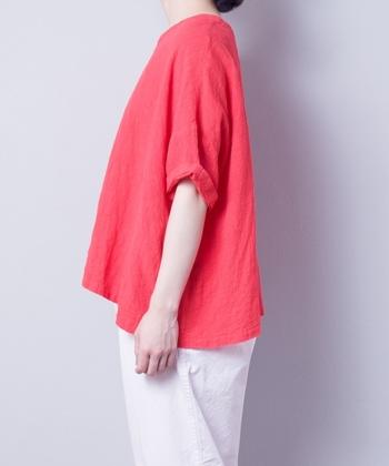 裾をロールアップをしてこなれ感を出してもGOOD。明るいレッドカラーもリネン生地だからこそナチュラルな装いにできますね。