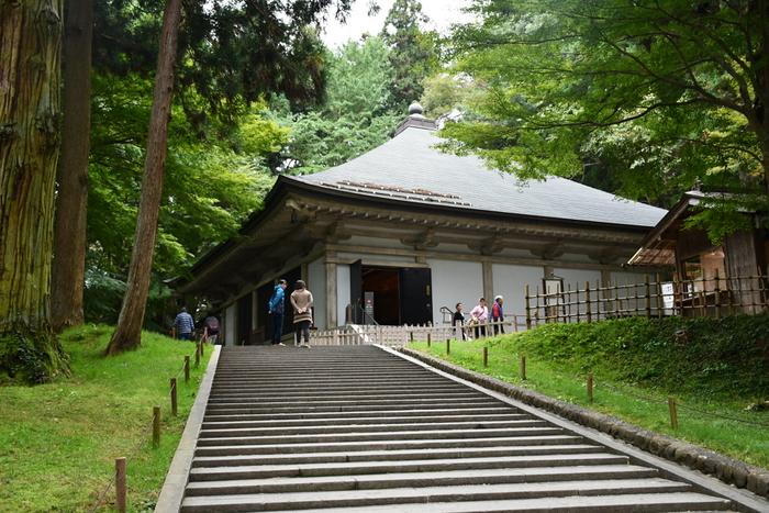 平泉は、2011年6月に世界遺産登録されました。中尊寺や毛越寺を含む建造物は、850年(嘉祥3年)に慈覚大師円仁によって開山されたと伝えられています。その後、本拠地を平泉に移した奥州藤原氏によって造営され、高さ15mもの大長寿院が建てられました。かの有名な源頼朝が平泉へ侵攻した際に、大長寿院を見るや驚いたと言い伝えられているそうです。