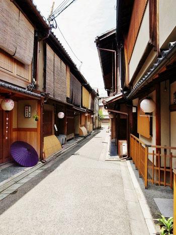 窓にかかる簾や提灯、趣のある木造家屋「町家」が連なる路地は、京都らしさを感じる場所ですよね。古い町並みが残る景観は風情があり、人の心をとらえます。  今回はそんな「京町家」をリノベーションして、昔ながらの雰囲気を活かしながら、お洒落に生まれ変わったとっておきのショップやカフェ、お宿を紹介していきます。