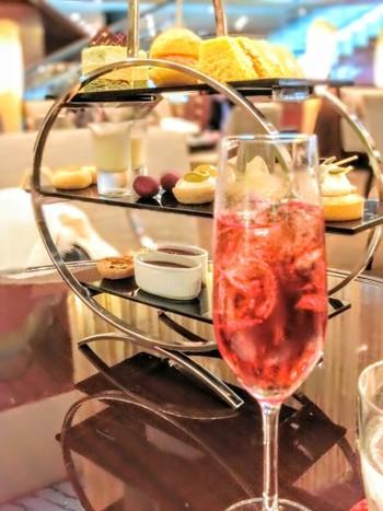 """アフタヌーンティーやスイーツブッフェなど、ホテル内のお店で提供しているスイーツセットをご紹介します。  旬のフルーツを使った鮮やかなケーキに、可愛くかたどられたチョコレートなど、大人の""""甘い贅沢""""を味わえること間違いなしです♪毎日頑張っている自分のご褒美として、ちょっとお嬢様気分になれる、夢心地なひと時を堪能してくださいね。"""