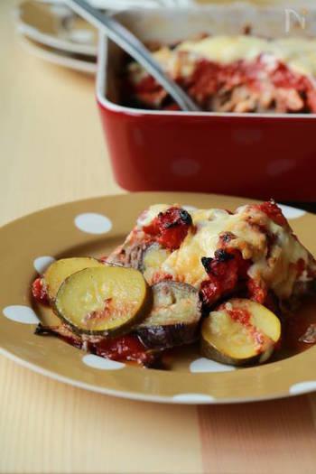 ひき肉とお野菜をたっぷりと食べられるオーブン焼きは、お肉のパックをぽんとそのまま入れるだけという簡単レシピ。お野菜の下ごしらえも簡単で、何度もリピートしたくなるお料理です。