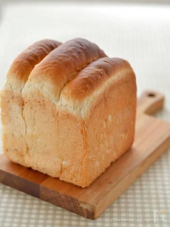 オーブンを開けた途端、ふわりと食パンの香ばしい香りが漂います。おうちでしっとりふわふわの焼きたて食パンが食べられるというのは、とても幸せなこと。山型食パンはトップのところがほどよい焦げ目がついて美味しそう。