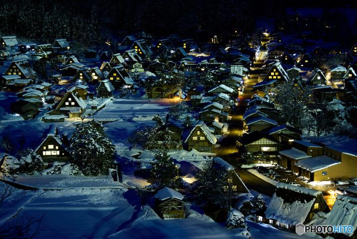 岐阜県から富山県にかけて広がる「白川郷・五箇山の合掌造り集落」は、1995年12月に世界文化遺産としてユネスコに登録されました。合掌造り家屋は江戸中期~昭和初期まで建てられており、中には築300年もの歴史ある家屋もあるといわれています。昭和20年代に近くを流れる庄川のダム建設によって集落が水没したり、集団離村や火災により、徐々に数を減らしていきました。現在は地域住民などによって合掌造り家屋が保存されています。