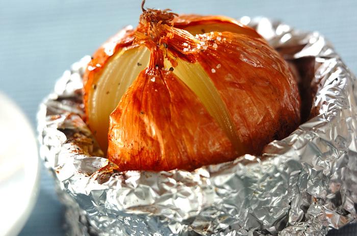 玉ねぎを皮ごと丸焼きにすると、驚くほど甘いとろりとした食感の玉ねぎが出来上がります。とても簡単なレシピなので、朝ご飯にもおすすめです。